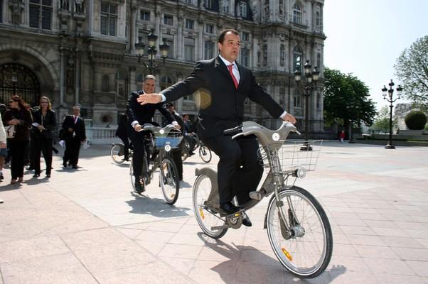 Sérgio Cabral, ex-governador do Rio de Janeiro, pedala em frente à prefeitura de Paris em 2008. Um relatório do Tribunal de Contas do Estado revela que, em 2014, ele pode ter pedalado também no sentido metafórico