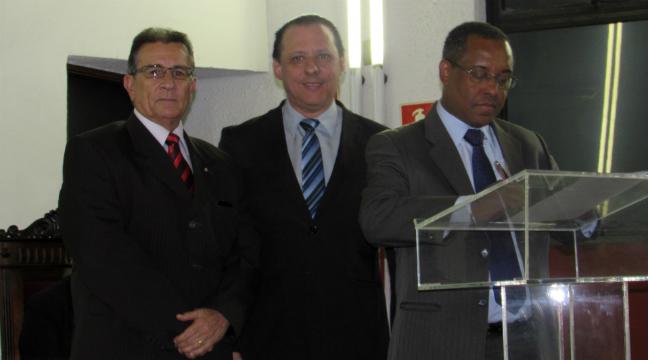 O procurador-geral do MPC, Luis Henrique Anastácio da Silva, assinou deliberação com o presidente do TCE-ES, Domingos Taufner. O desembargador Carlos Simões representou o TJES no evento