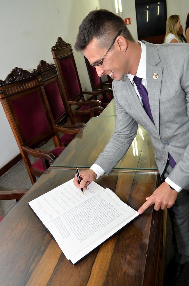 2016-02-18_Posse-procurador-geral-luciano-vieira-assinatura-livro