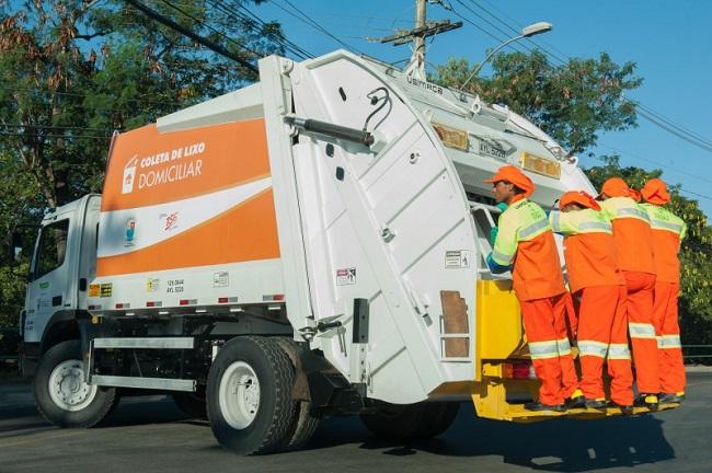 Caminhão de Coleta de Lixo Domiciliar